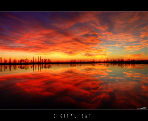 červené oblaky nad jazerom