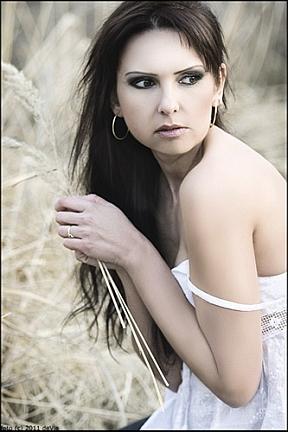 žena v tráve